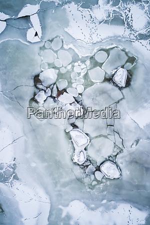 abstrakte luftaufnahme des gefrorenen baltischen meeres
