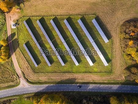 luftaufnahme von solarpanelreihen in der naehe