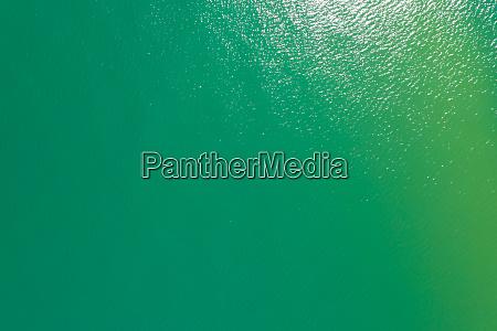 luftaufnahme des tuerkisfarbenen wassers des michigansees