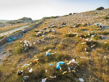 plastiktueten verschmutzung auf der insel pag