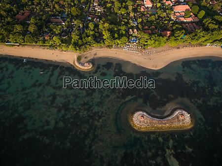 luftaufnahme von strand wohngebiet korallenriff pantai