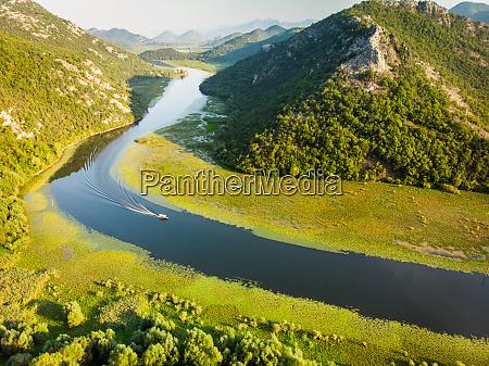 luftaufnahme ueber rijeka crnojevia vom aussichtspunkt