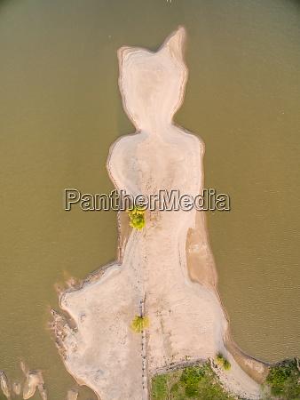luftaufnahme der abstrakten sandinsel in der