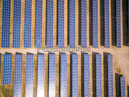luftaufnahme ueber photovoltaik paneele nr am