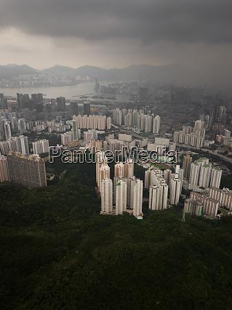 luftaufnahme von wohntuermen in hongkong china