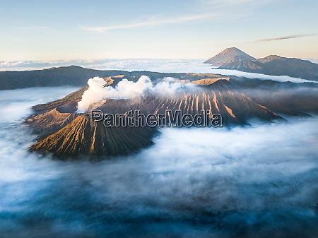 luftaufnahme des bromo berges durch wolken