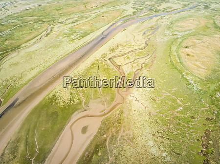 abstrakte luftaufnahme von feuchtgebieten