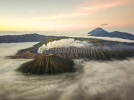 luftaufnahme des kraters mit rauch des