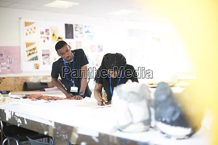 kunststudenten arbeiten im kunstatelier