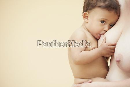 nackte baby saugen nackte mutter brust
