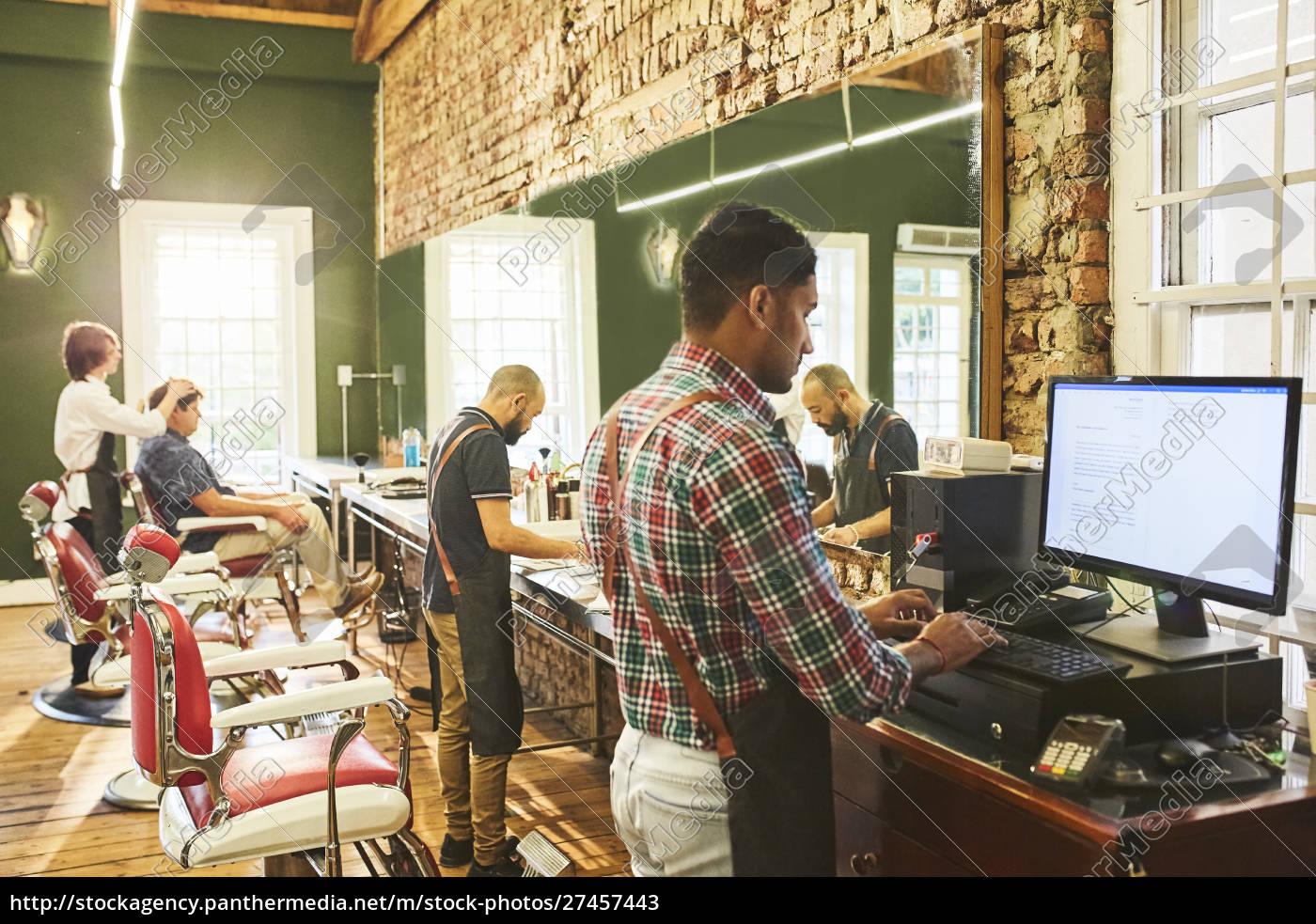männliche, friseure, arbeiten, in, barbershop - 27457443