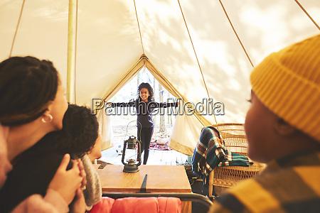 familie beobachtet gluecklichmaedchen betreten camping jurte