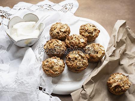 stillleben von vollkorn muffins auf teller