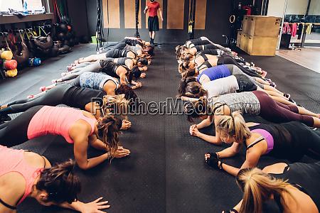 frauen training in gym mit maennlichen