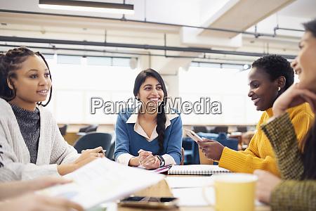geschaeftsfrauen im gespraech in meetings
