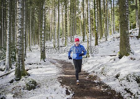 senior, mann, joggt, in, verschneiten, wäldern - 27460793