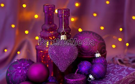 opulente weihnachtsdekoration in lila und rosa