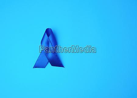 blaues bewusstseinsband auf blauem hintergrund