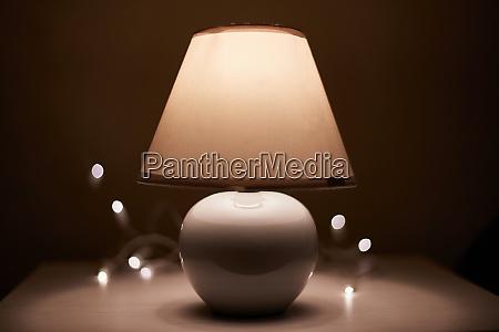 lampe auf einem nachttisch