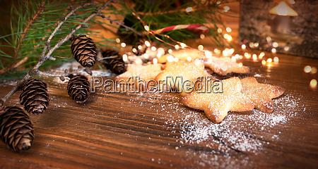 weihnachtsplaetzchen auf altem holz
