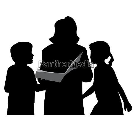 mutter oder grossmutter liest kindern ein