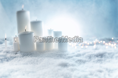 kerzen dekoration im schnee
