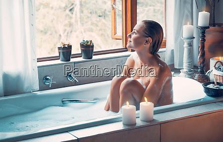 frau mit vergnuegen beim baden