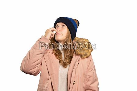 kranke junge frau nimmt ein nasenspray