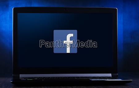 laptop computer mit logo von facebook