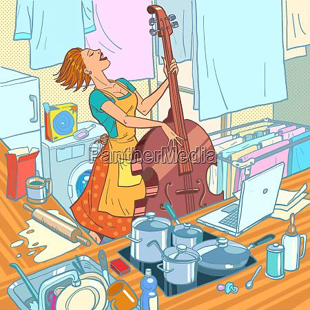 eine musikerin spielt den kontrabass eine