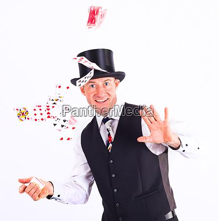 magier zeigt einen trick