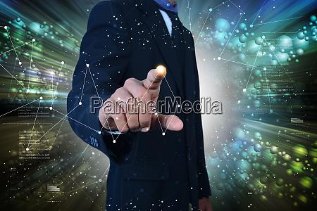 mann zeigt vernetzung