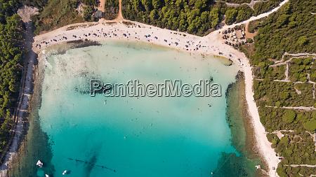 luftaufnahme des transparenten wassers am strand