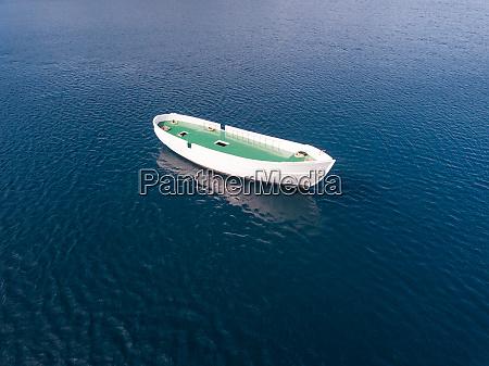 luftaufnahme von unvollendetem boot das allein