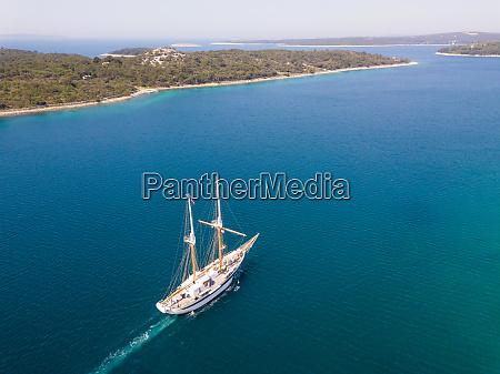 luftaufnahme des touristischen segelbootes ueber die