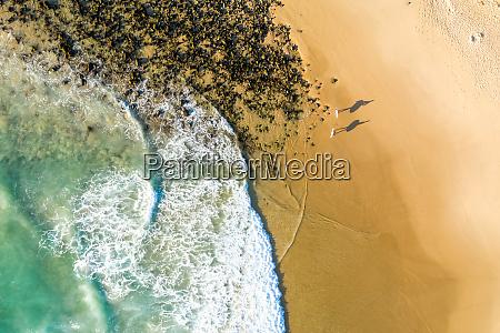 luftaufnahme von zwei surfern silhouette am