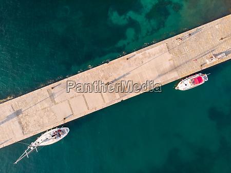 luftaufnahme des bootes am kleinen yachthafen