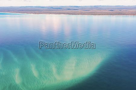 luftaufnahme von sandbaenken vor fraser island