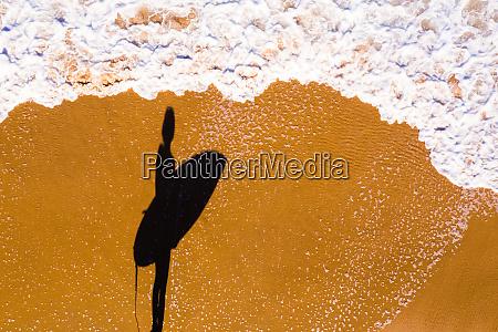 luftaufnahme einer surferin sunshine coast queensland