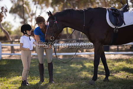 volle laenge der weiblichen jockey mit