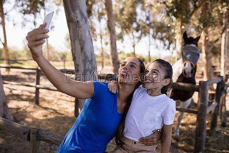 verspielte geschwister die selfie machen waehrend