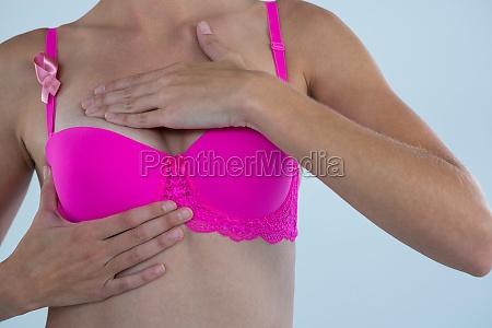 junge frau mit brustkrebs bewusstsein band