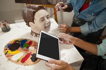frau mit digitalen tablet beim malen