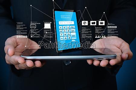 mann hand zeigt tablet pc mit