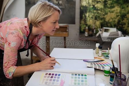 frau malerei in zeichenbuch