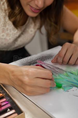frau malt eine skizze