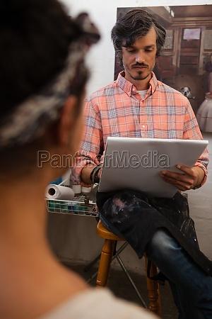 mann zeichnet ein portraet der frau