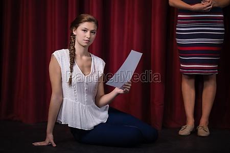 schauspielerin liest ihre drehbuecher auf der