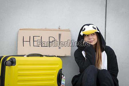 die junge frau mit pinguinkostuem und