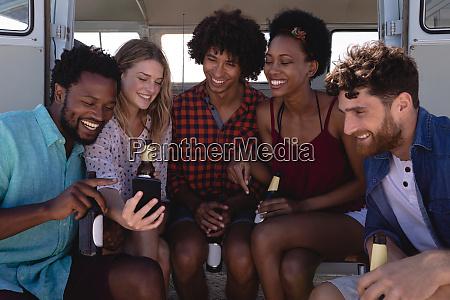 gruppe von freunden lachen zusammen waehrend